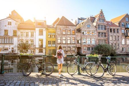 Mujer que viaja en el casco antiguo de Gante, Bélgica
