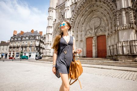 Vrouw die in de stad van Nantes, Frankrijk reist Stockfoto