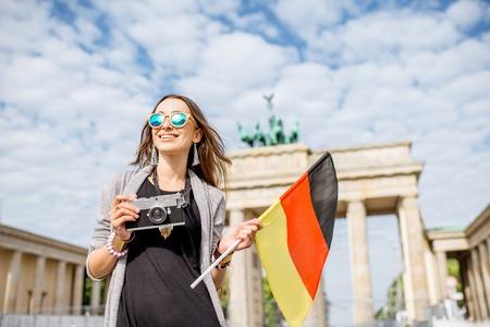 Frau reist in Berlin Standard-Bild - 81761131