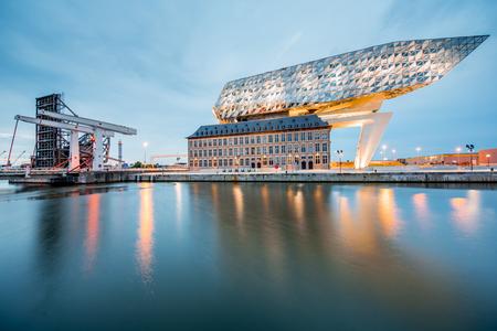 Casa del puerto en Antwerpen Foto de archivo - 81905774