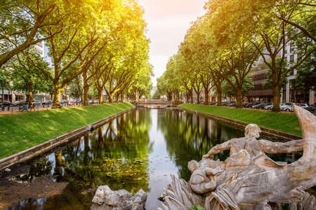 뒤셀도르프 도시에서 물 운하 스톡 콘텐츠 - 82171935