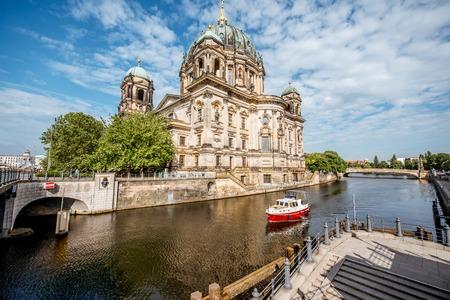 ベルリン市内で午前中に、有名な大聖堂の博物館の島の表示します。
