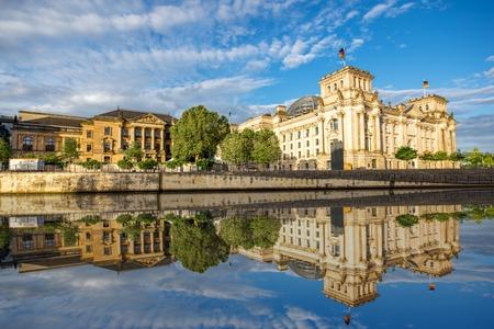 Ochtendcityscape mening over het beroemde Reichstag-gebouw met mooie bezinning in het water in de stad van Berlijn Stockfoto
