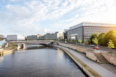 Ochtendcityscape mening over het moderne financiële district met Fuifrivier dichtbij het Parlementsgebouw in de stad van Berlijn