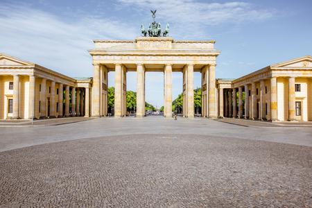 ベルリン市内で午前中 Pariser 広場、有名なブランデンブルク門に表示します。
