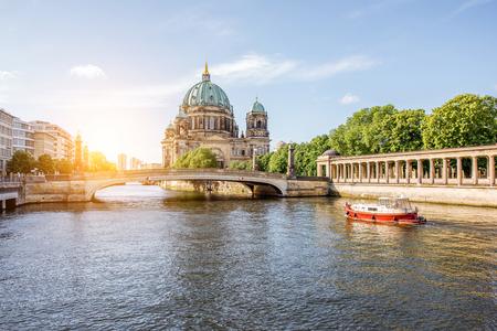 国民のギャラリーの建物と古い町のベルリンの街の大聖堂のリバーサイド ・ サンライズ ビュー