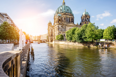 Sunrise view on the riverside with Dom cathedral in the old town of Berlin city 免版税图像