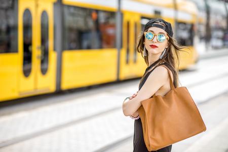 都市交通機関の停留所で女性