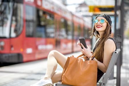 Femme à l'arrêt de transport de la ville Banque d'images - 82317339