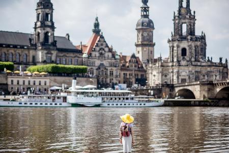 Frau reist in Dresden Stadt, Deutschland Standard-Bild - 82931323