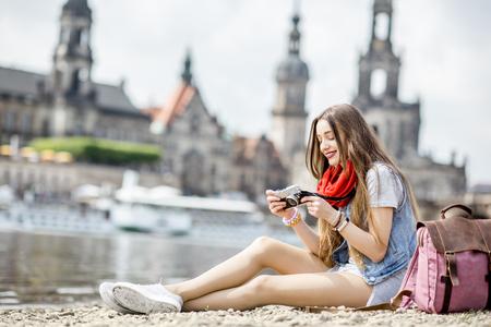Frau reist in Dresden Stadt, Deutschland Standard-Bild - 82396714