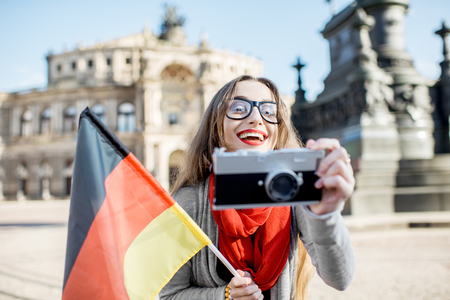 Frau reist in Dresden Stadt, Deutschland Standard-Bild - 82636164