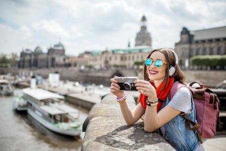 Frau reist in Dresden Stadt, Deutschland Standard-Bild - 82664382