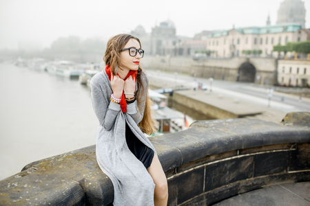Frau reist in Dresden Stadt, Deutschland Standard-Bild - 82396747