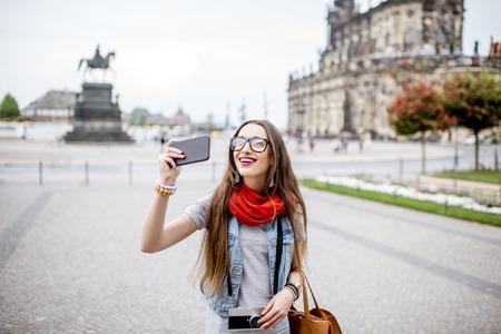 Frau reist in Dresden Stadt, Deutschland Standard-Bild - 82664389