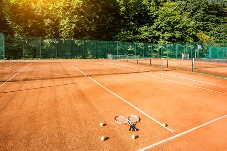 Herramienta de tenis naranja con raquetas y bolas al aire libre Foto de archivo - 82403258