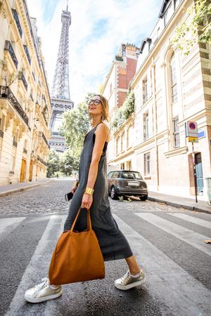 파리에서 산책하는 여자 스톡 콘텐츠