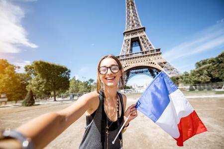 Femme voyageant à Paris Banque d'images - 85543769