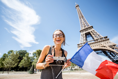 Femme voyageant à paris Banque d'images - 84505305