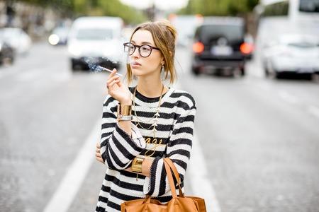 Frau raucht auf der Straße