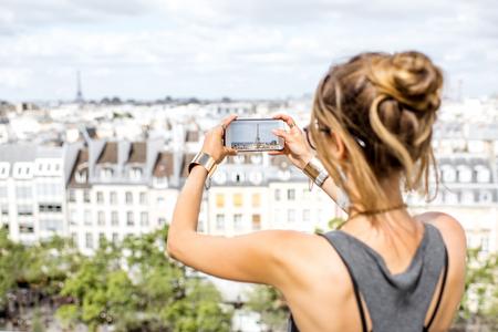 女性がパリの旅行