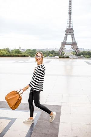 Femme à paris Banque d'images - 84612472