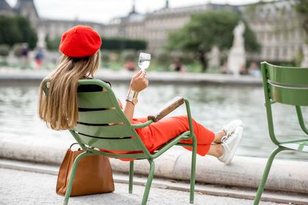 Femme au parc à Paris Banque d'images - 84779666