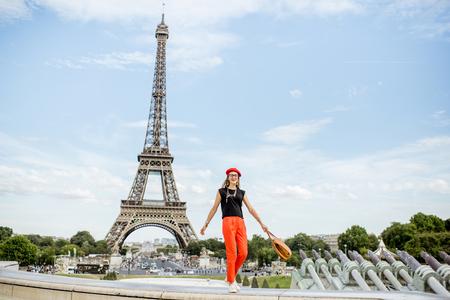 Femme voyageant à Paris Banque d'images - 84806288