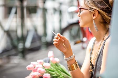 Vrouw roken in Amsterdam stad Stockfoto