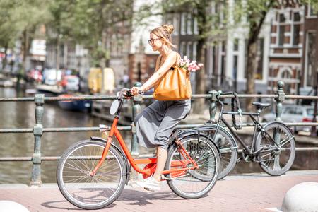 アムステルダム市内の自転車を持つ女性