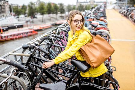 Frau, die ein Fahrrad in Amsterdam parkt Standard-Bild