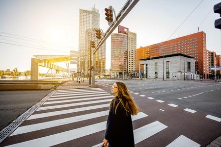 로테르담에서 거리를 걷는 여자