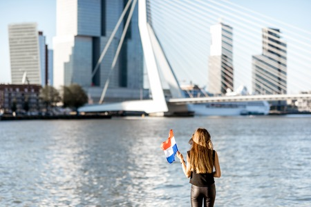 Vrouw in Rotterdam stad