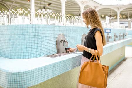 温泉水と古いポンプ室の女性