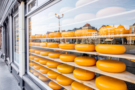 Escaparate con queso holandés Foto de archivo - 85342151