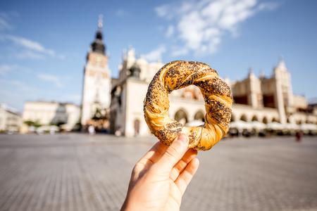 Sosteniendo prezel en la ciudad de Cracovia Foto de archivo - 85565839