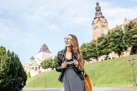 Vrouw die in Szczecin, Polen reist