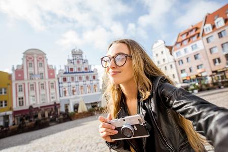 ポーランドのシュチェチンで旅行する女性