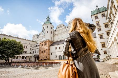 シュチェチン, ポーランド-8 月 13, 2017: シュチェチンの公爵城の中庭で歩く女性。この城は、フォアポンメルン州の文化生活の主要な中心地の一つで
