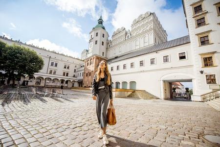 シュチェチン、ポーランド-8 月13、2017: シュチェチンの公爵城の中庭に立っている女性。この城は、フォアポンメルン州の文化生活の主要な中心地の
