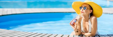 Frau am Schwimmbad Standard-Bild - 85843574