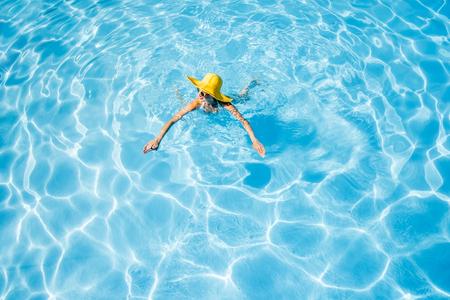 수영장에서 수영하는 여자