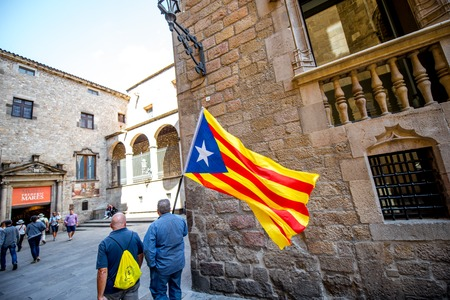 Gente con bandera catalana en Barcelona Foto de archivo - 87090352
