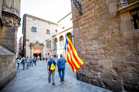 Gente con bandera catalana en Barcelona Foto de archivo - 87090353