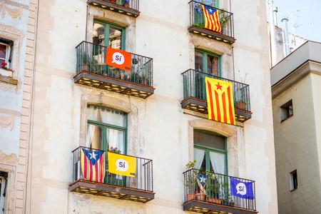 Edificios con banderas catalanas en Barcelona Foto de archivo - 87090355