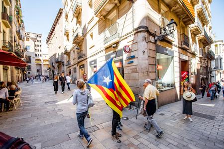 Gente con bandera catalana en Barcelona Foto de archivo - 87090357