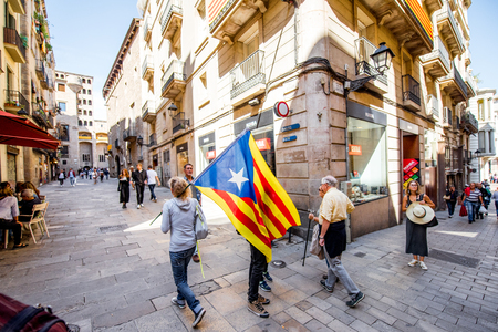 People with Catalonian flag in Barcelona Reklamní fotografie - 87090357