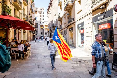 Gente con bandera catalana en Barcelona Foto de archivo - 87090358