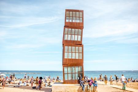 Scultura cubica sulla spiaggia di Barcelonas Archivio Fotografico - 87317336