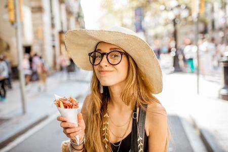 Giovane donna turistica che tiene jamon camminare all & # 39 ; aperto sulla strada di Barcellona in città Archivio Fotografico - 89624999
